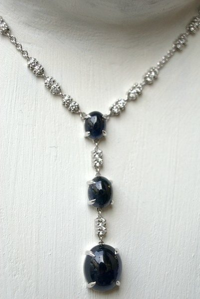Collier or gris, saphirs cabochon et diamants