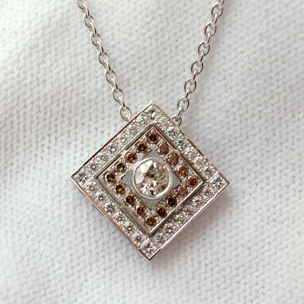 Pendentif or gris diamants blanc et diamants Cognac